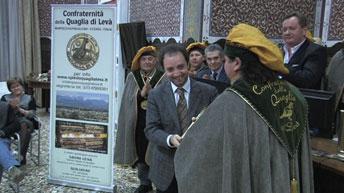 Consegna targa socio onorario a assessore di Vicenza Pecori